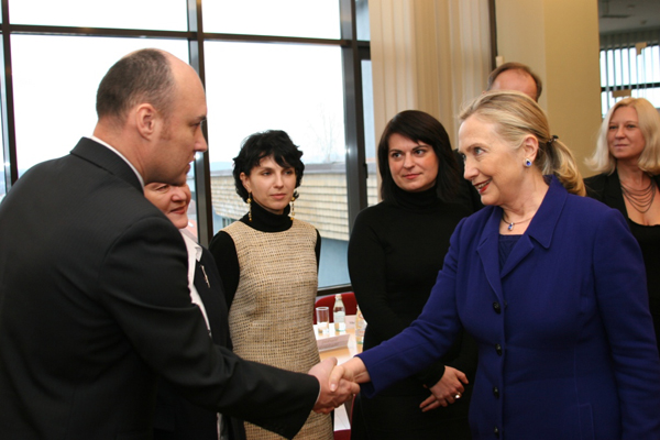 clinton_and_belarus_activists.jpg