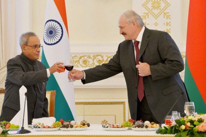 president-pranab-mukherjee-toast-with-alexander-lukashenko-president-of-belarus_143347975340.jpg