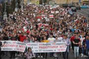 A column of demonstrators in Minsk on August 14. Photo: RFE / RL