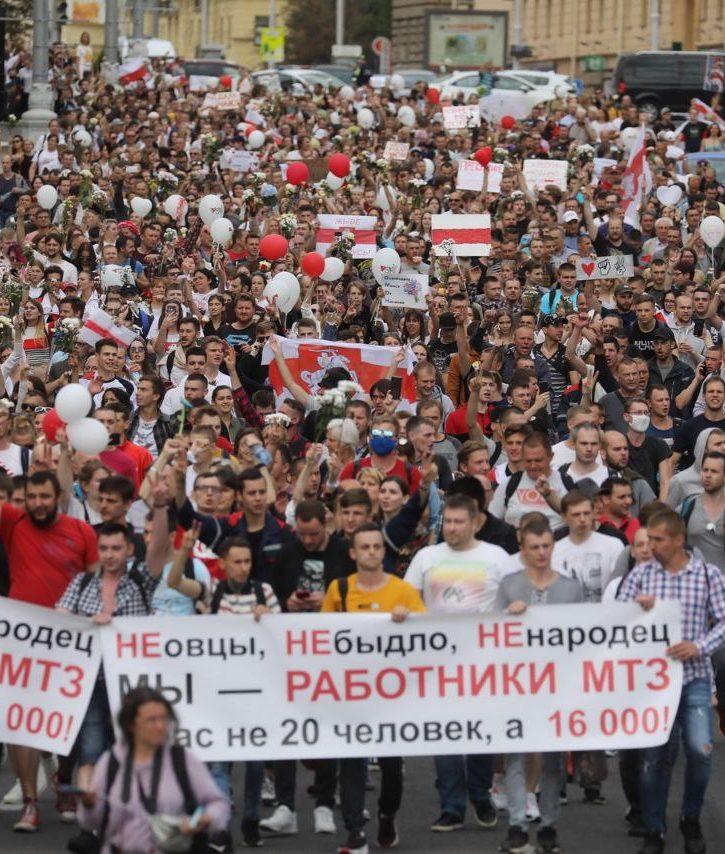 A column of demonstrators in Minsk on August 14. Photo: RFE / RL